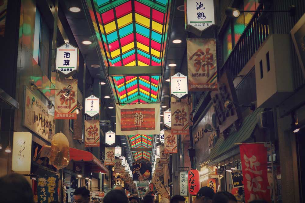 京都錦市場で食を楽しむ