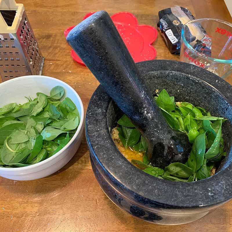 【簡単レシピ】乳鉢で作る本格バジルのペストソース: pesto alla genovese